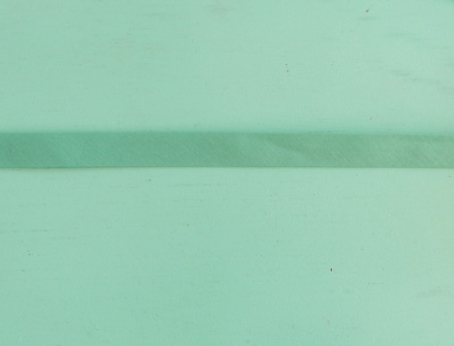 Biais uni vert émeraude clair gros plan